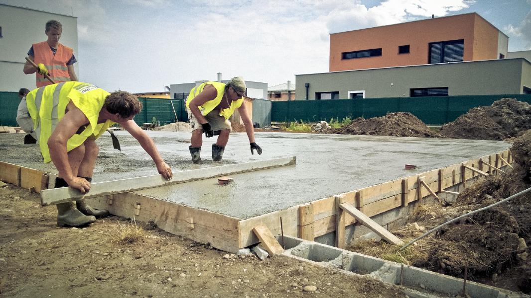 Realizácia rodinného domu pavari - Vyhladenie podkladného betónu