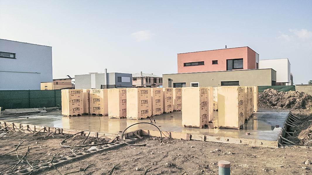 Realizácia rodinného domu pavari - Príchod murovacich tvárnic nemenovanej značky na stavbu
