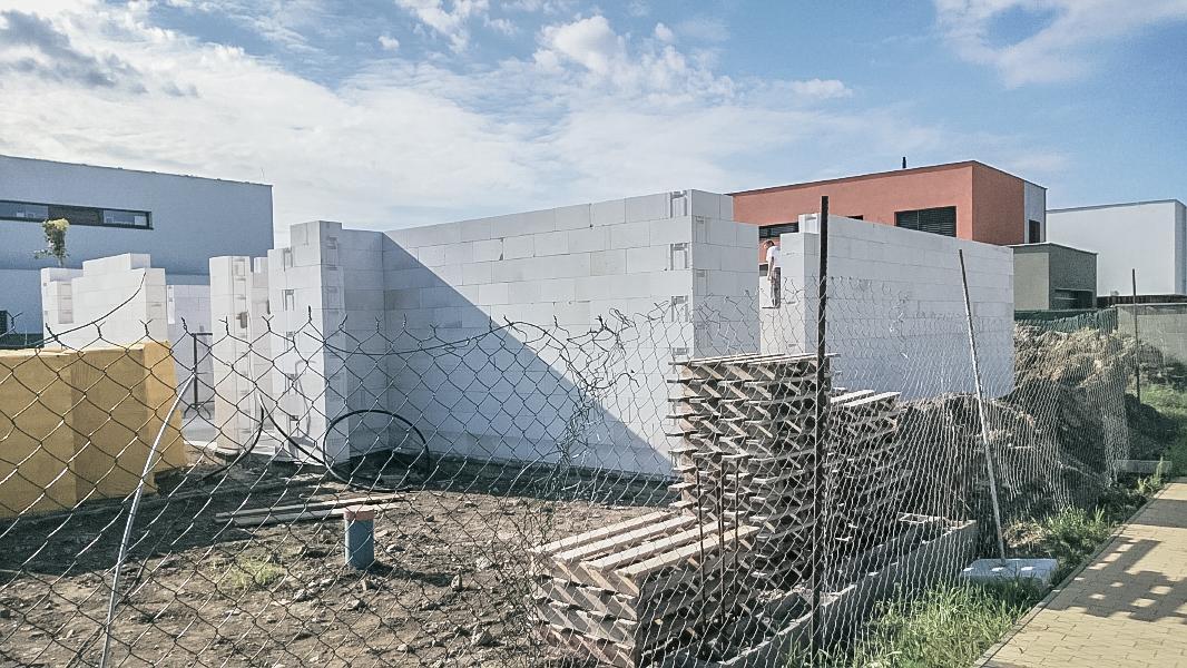 Realizácia rodinného domu pavari - Murovanie prízemia spredu ukončené