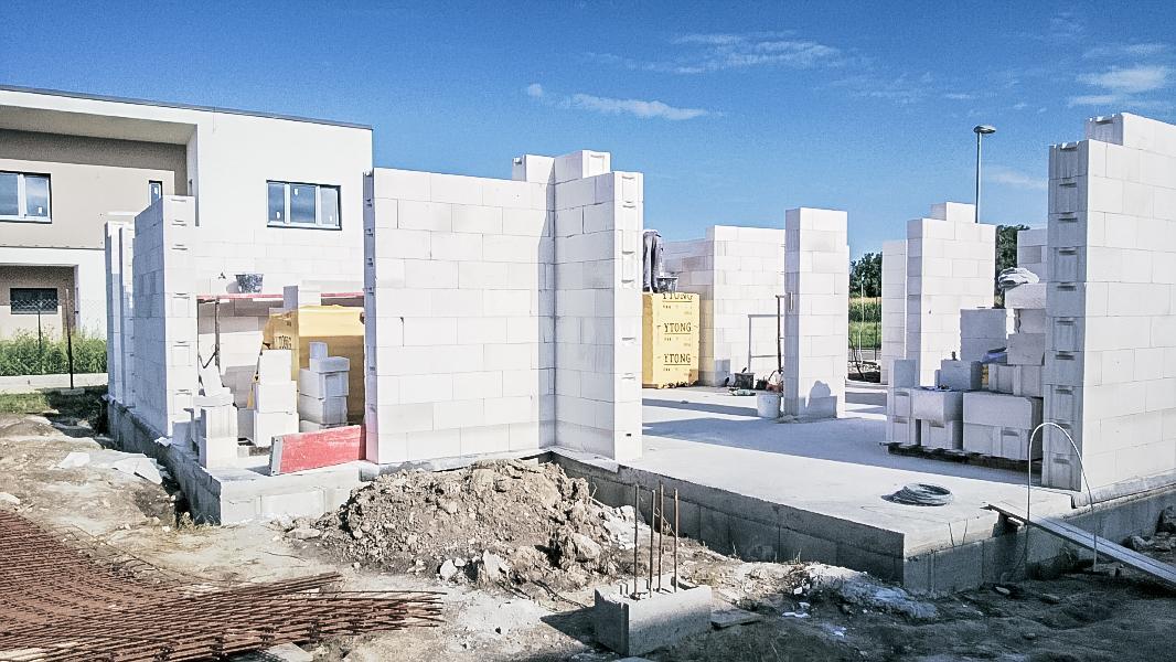 Realizácia rodinného domu pavari - Murovanie prízemia zozadu ukončené