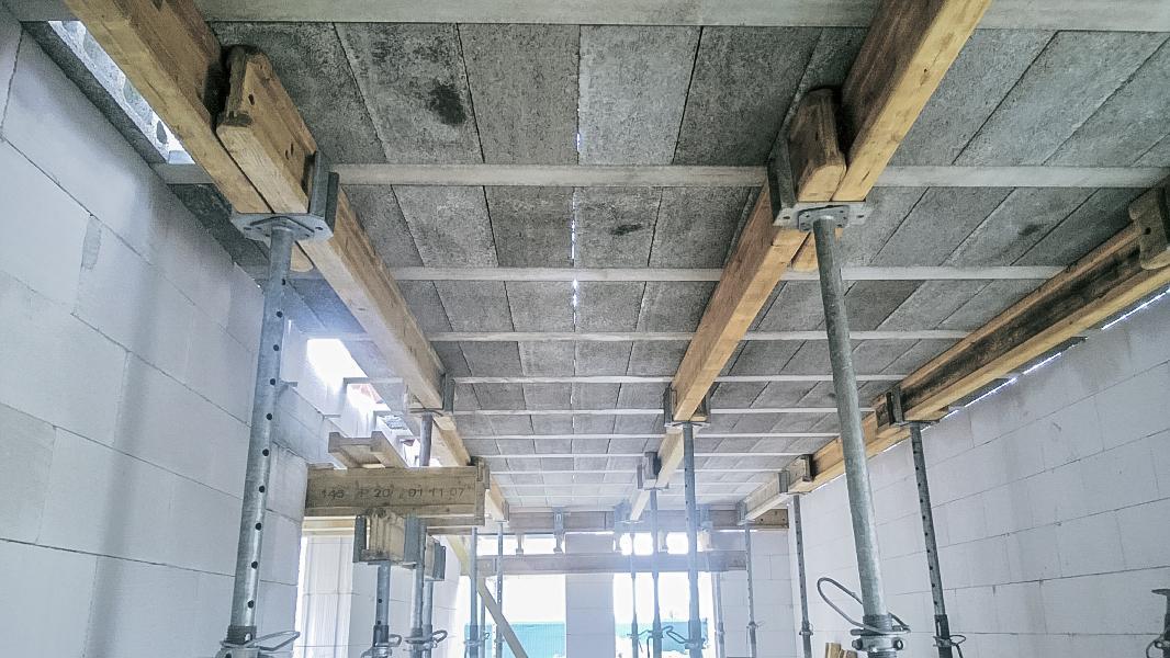 Realizácia rodinného domu pavari - Dočasné podpery stropu