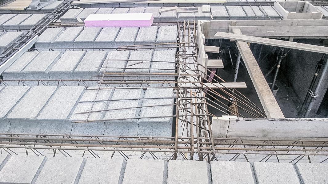 Realizácia rodinného domu pavari - Čakacia výstuž schodiskového ramena pri strope