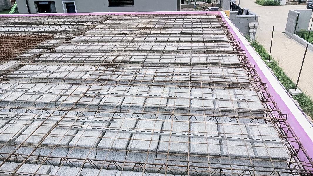 Realizácia rodinného domu pavari - Doplnená tepelná izolácia vencov do debnenia a horná výstuž stropu