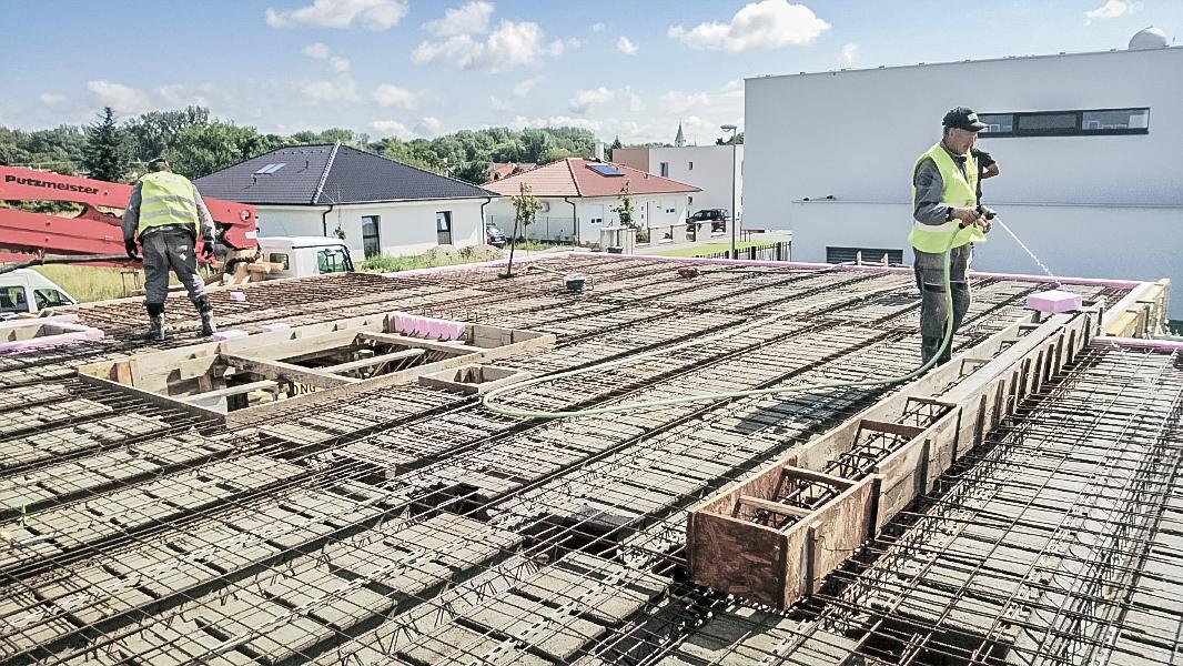 Realizácia rodinného domu pavari - Polievanie stropnej konštrukcie pred betónovaním