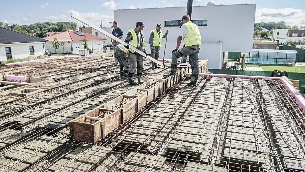 Realizácia rodinného domu pavari - Zaliatie prievlaku betónom