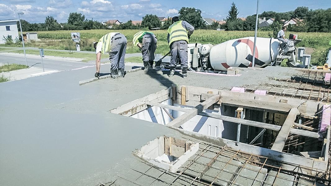 Realizácia rodinného domu pavari - Vyhladenie čerstvého betónu