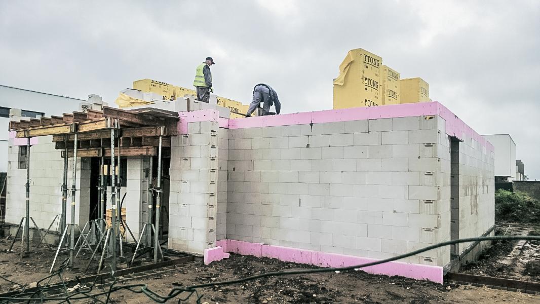 Realizácia rodinného domu pavari - Začiatok murovania poschodia