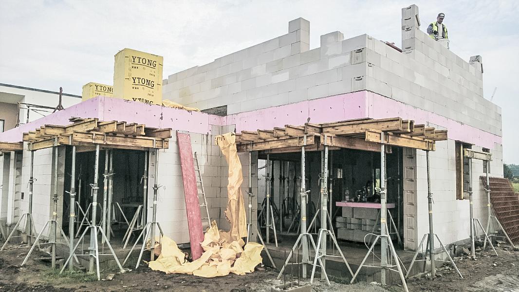 Realizácia rodinného domu pavari - Rysuje sa zadné rohové okno poschodia