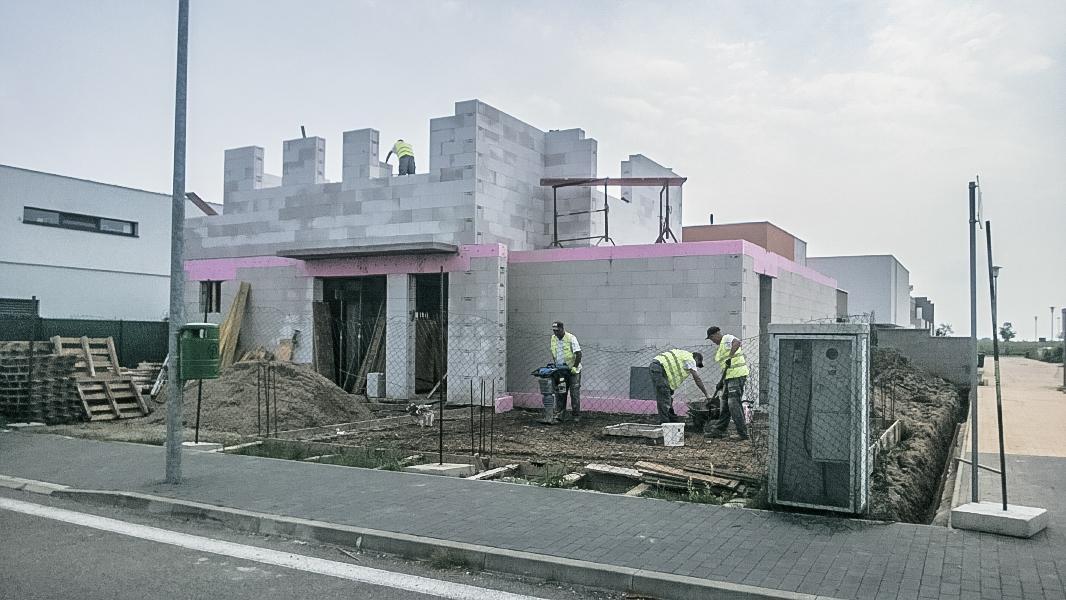 Realizácia rodinného domu pavari - Zhutnenie podkladu pre garážové státie