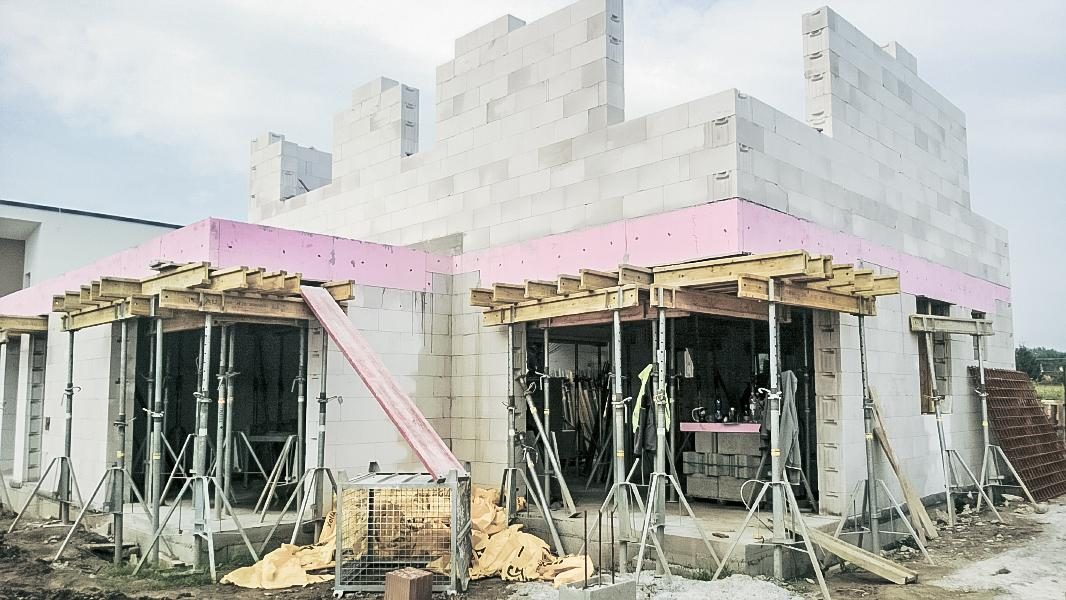 Realizácia rodinného domu pavari - Ukončené murovanie poschodia