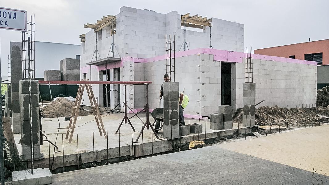 Realizácia rodinného domu pavari - Stĺpy garážového státia
