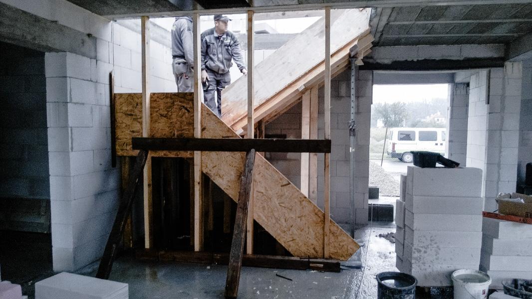 Realizácia rodinného domu pavari - Debnenie železobetónových schodov