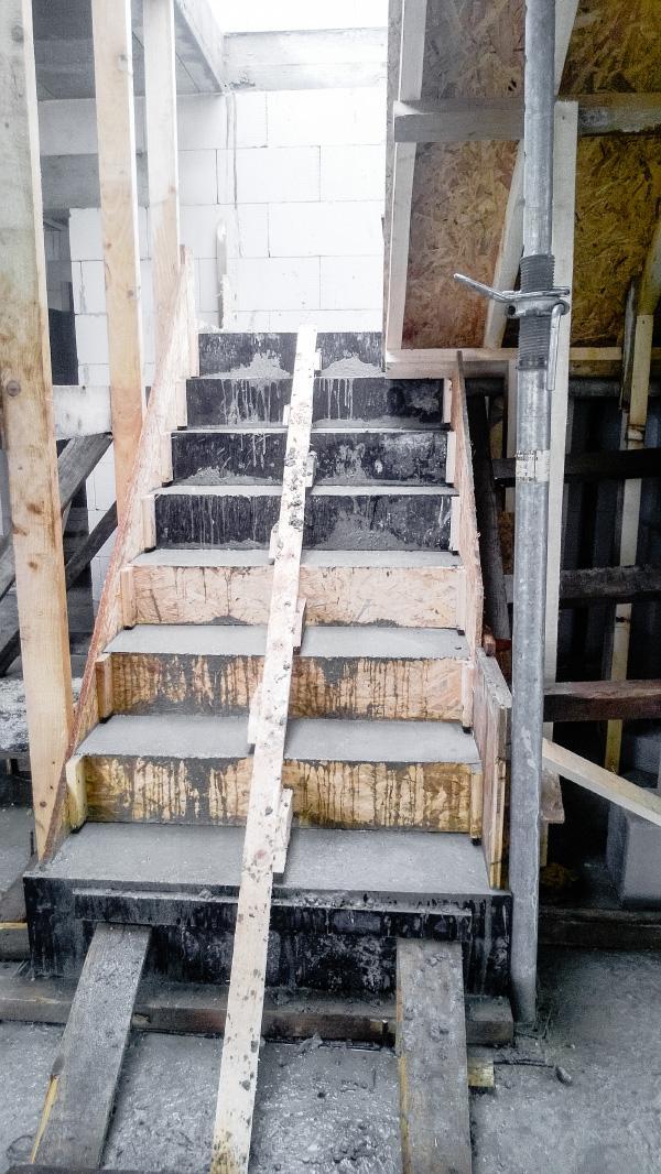 Realizácia rodinného domu pavari - Zaliaté schody betónom