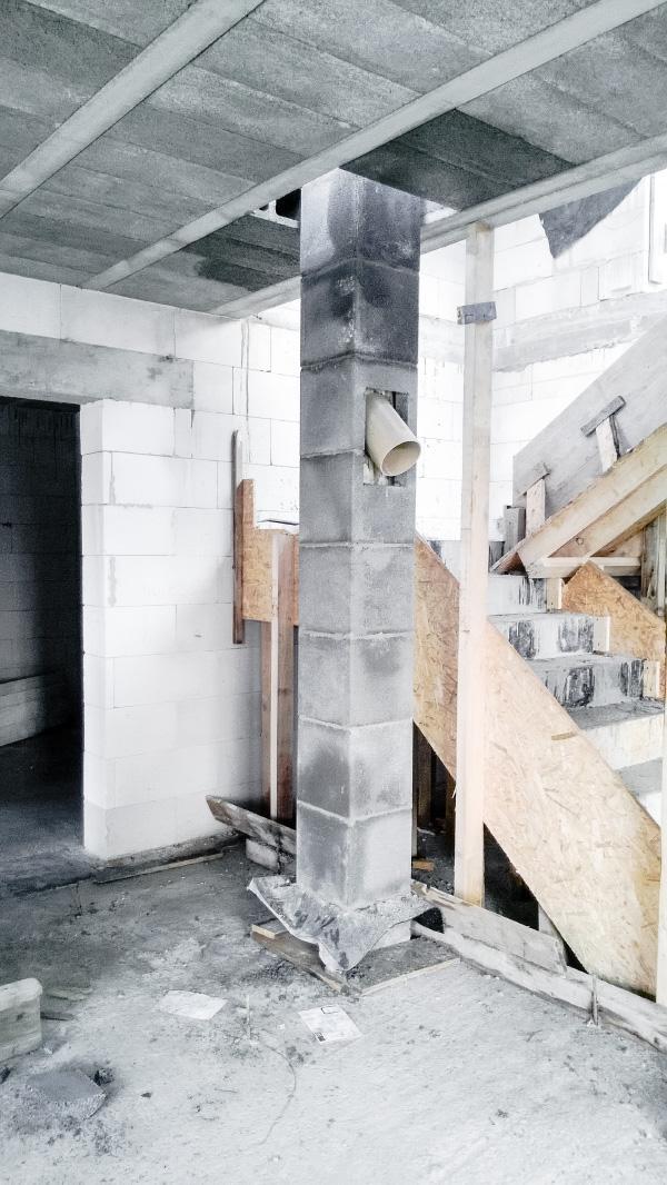 Realizácia rodinného domu pavari - Stavba komínového telesa cez prieraz v strope