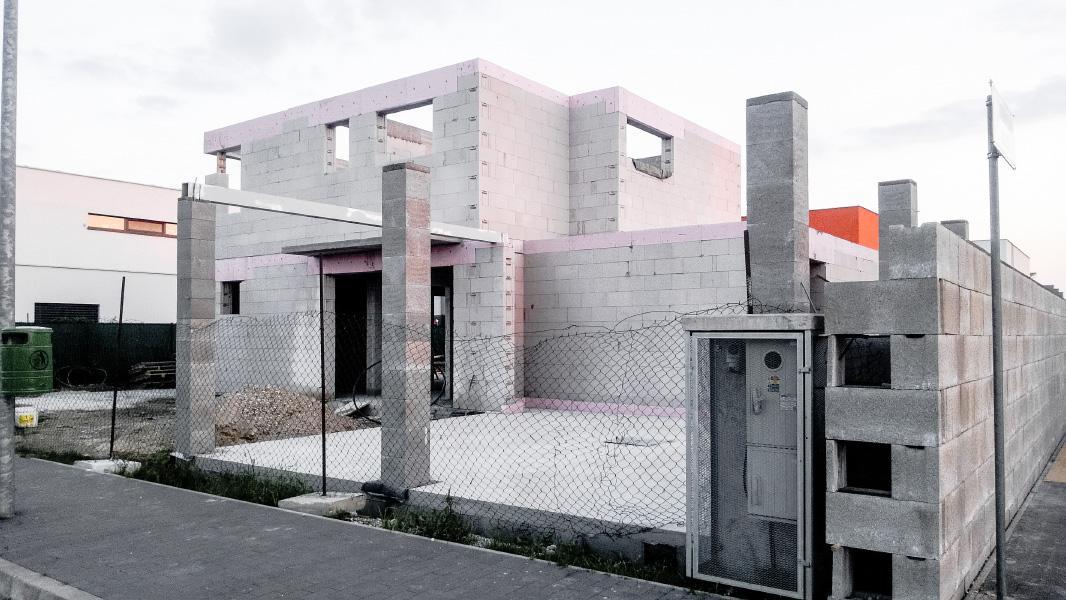 Realizácia rodinného domu pavari - Osadený oceľový nosník - podpera pre drevený väzníkový krov