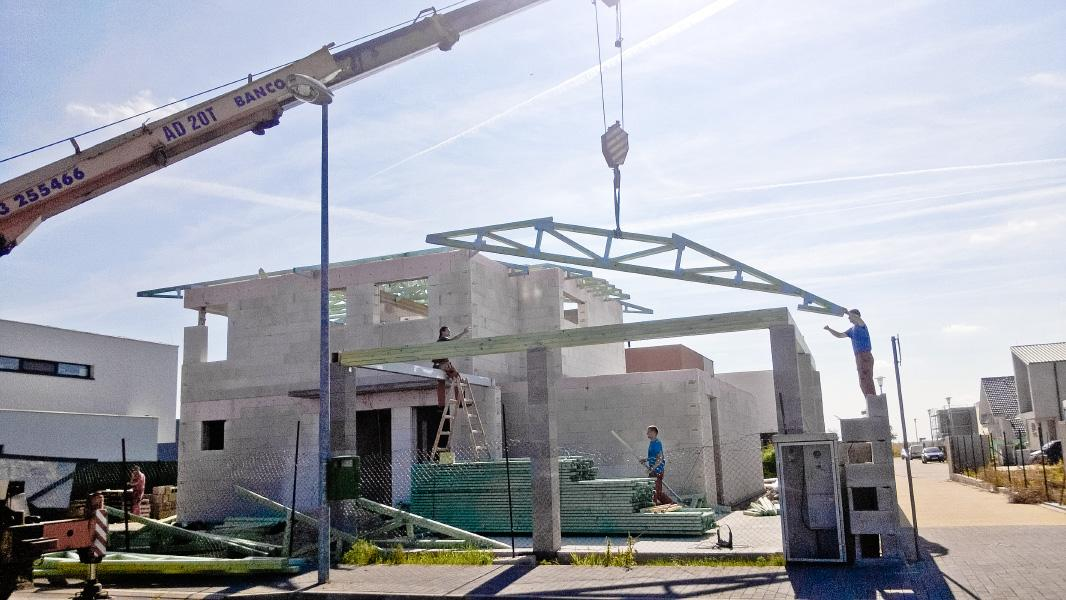 Realizácia rodinného domu pavari - Montáž krovu