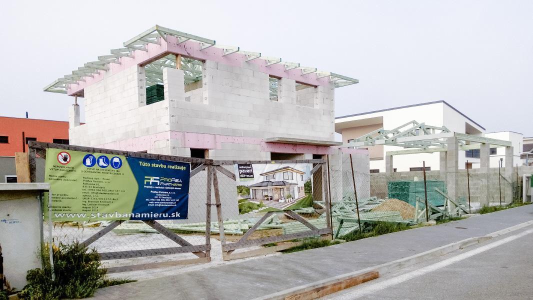 Realizácia rodinného domu pavari - Hotový krov nad poschodím