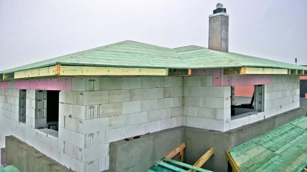 Realizácia rodinného domu pavari - Komínový plášt, postupné debnenie strechy