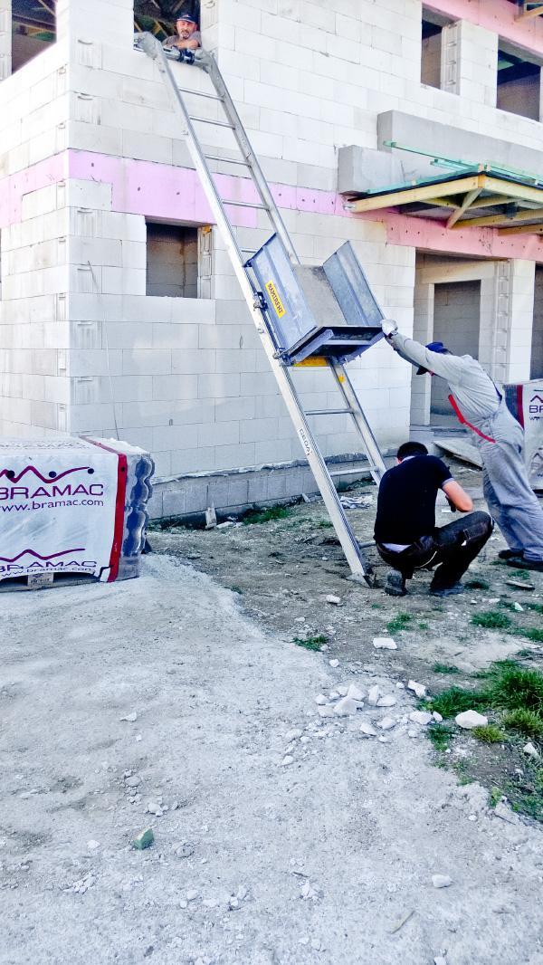 Realizácia rodinného domu pavari - Pomôcka pre presun strešnej krytina na strechu