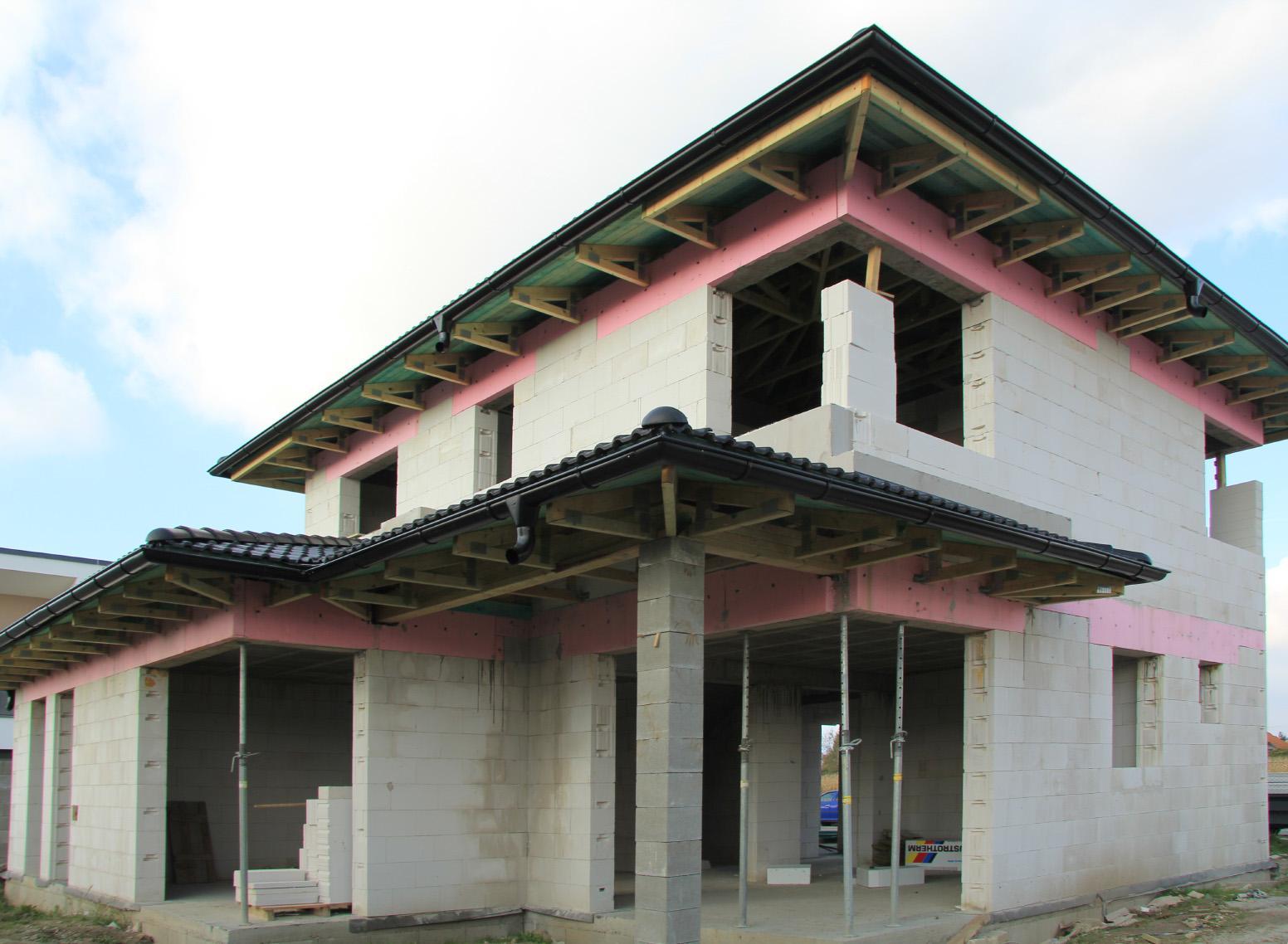 Realizácia rodinného domu pavari - Dokončená pokládka škridiel - zadný pohľad