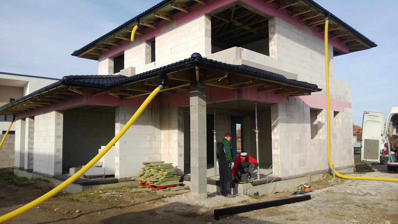 Realizácia rodinného domu pavari - Osadenie oceľového stĺpa do rohového okna