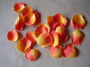 plátky růží pro družičku