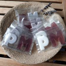 jmenovky a zároveň dárečky pro hosty - mýdlové iniciály v barvě svatby