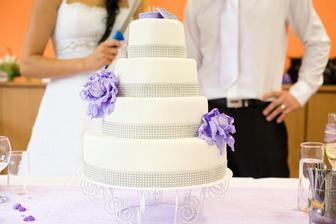 tak nakonec bude takovýto dort - dorty se stuhou promastí stuhu a je pak upatlaná a to nechceme... takže bude takový...