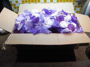 15 balení plátků růží do dostela