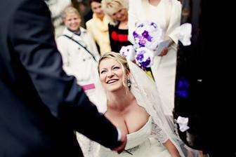 sundávání koule před kostelem. Vysvobozovala jsem ženicha.