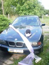 takhle bude nazdobené ženichovo auto, no...nejsem moc dobrý fotograf, šerpy jsou v barvě fialovo-krémové