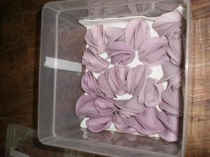 ručně vyráběné růžičky na dort