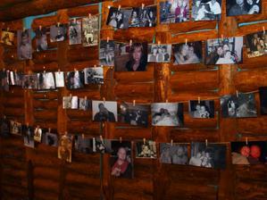 všem se moc moc líbili fotky a hlavně jsme si dali záležet, aby se tam každý svatebčan našel :)