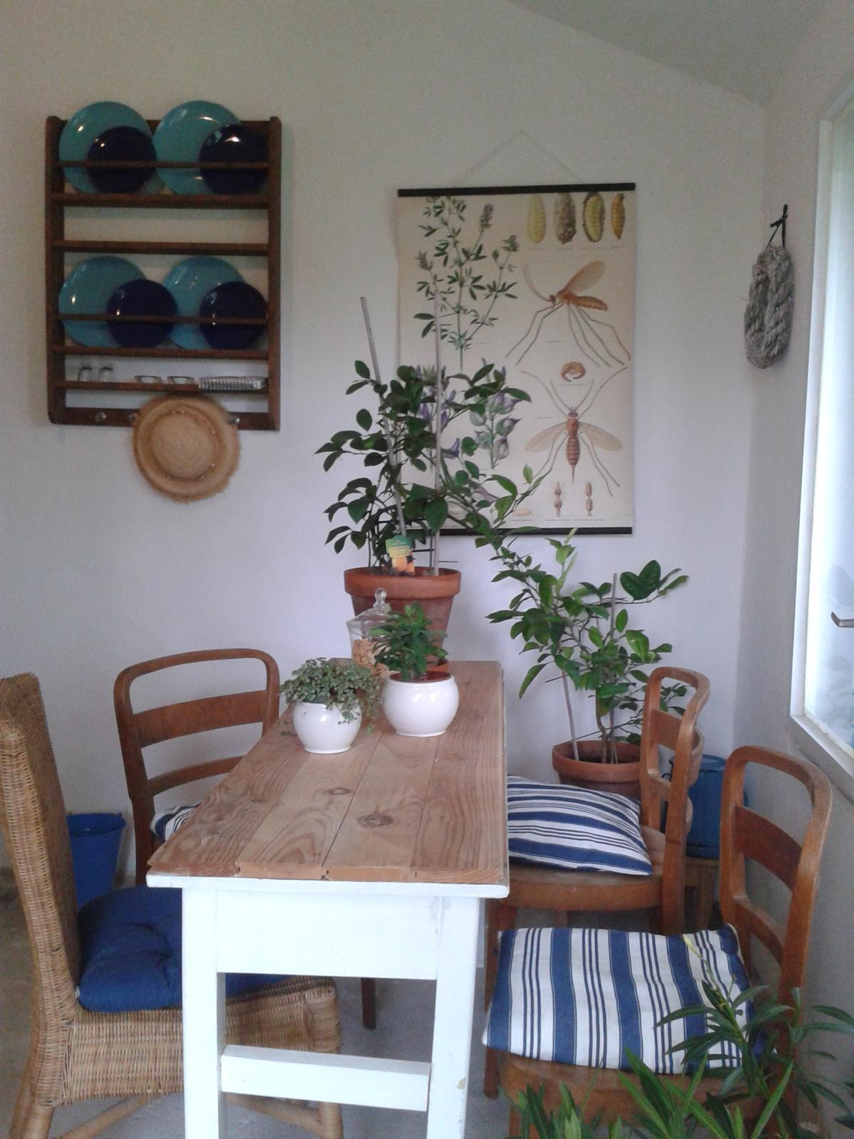 Práce na chalupe pred a po - Posledná izba vymaľovaná dnes,polička namontovaná,plagát na mieste ešte veľa treba dorobiť ,ale teším :)