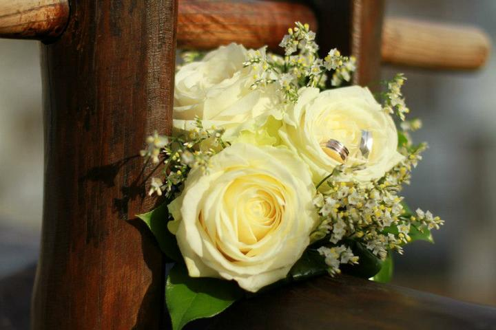 Kytica - túto mala priatelova sestra a bola krásna, ale ruže by som chcela svetlo oranžove keď tak :)