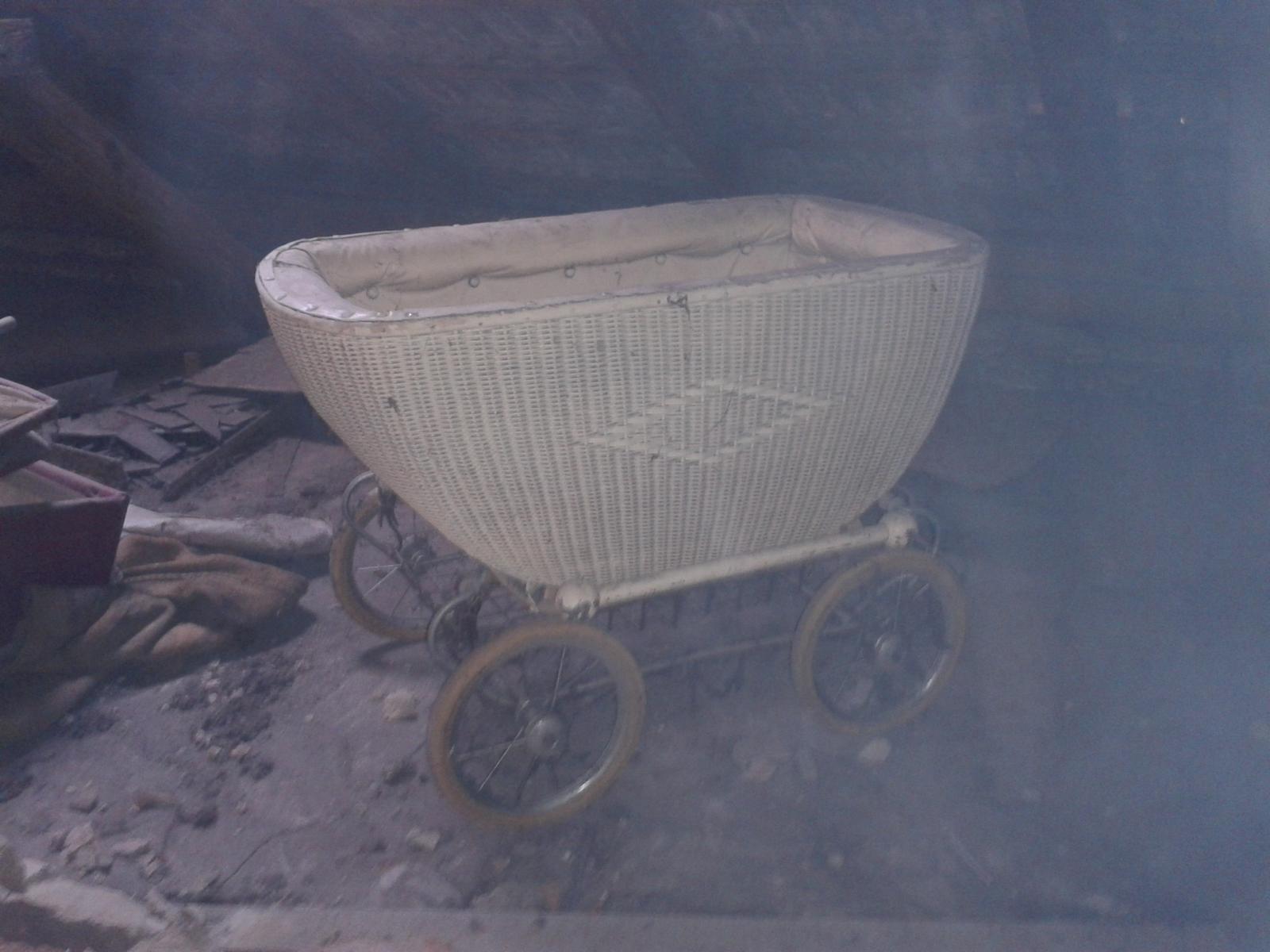 Budujeme domov :) - takýto kočík sme našli na povale, je prerobený na kolísku, tak sme ho zatial posadili na podvozok z iného kočíku čo sme tam našli, ale bude super kolíska ked bude čo do nej dať :-D