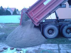 doviezli nám štrk na betonovanie