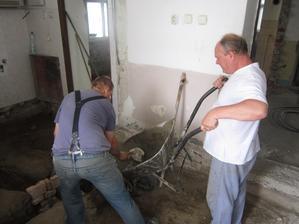 betonujeme základ pod stenu kupelnovu