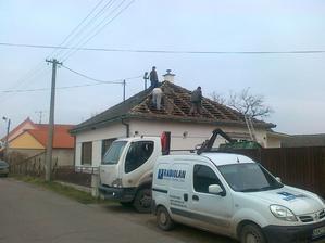 konečne sa pracuje na streche, už bude vidieť aj z vonku že sa niečo robí :)