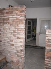 staviame mur medzi WC a chodbou