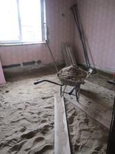 podlaha odstránená (aspon bude čo kúriť v zime) a vykopávame piesok
