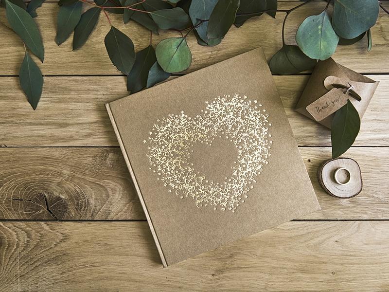 Kniha hostí hnedá kraft so zlatým srdcom - Obrázok č. 1