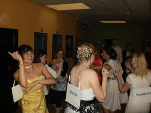 svědkyně připravovala zábavu...tady máme tanec ze slunce sena...měli to připravené a já se vůbec nečapala :-)