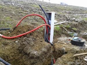 Zaústenie chráničiek a káblov do elektromerového rozvádzača a jeho osadenie