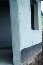 """Pred osadením okien a dverí sa všetky ostenia upravili """"do roviny"""" pomocou sklo textilnej sieťky a stavebného lepidla a následne po uschnutí  napenetrovali. Takto upravené ostenia zjednodušia montáž okien a dverí."""