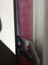 Detail osadenia okenných pások v mieste styku s oceľovou kotvou pri pohľade z vonkajšej strany pred vypenením PUR penou.
