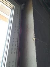 Následne sa okenné pásky zatreli stavebným lepidlom a po vytvrdnutí opätovne pretreli kritické miesta v kútoch lepidlom WINFIX
