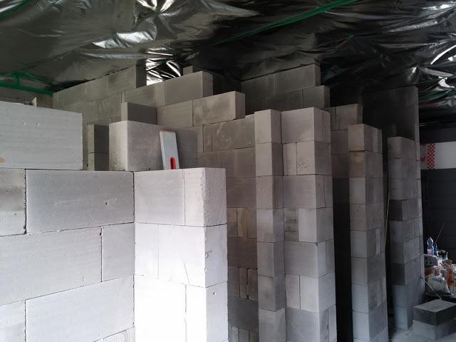 Raciodom - Priečky sa vymurovali po zaizolovaní stropu minerálnou vlnou a po osadení paronepriepustnej fólie, ktorá je neprerušená v celom dome. Pod priečky sa samozrejme vopred natavili asfaltové pásy podobne ako pri obvodovom murive. Priečky sú hrúbky 150 mm.