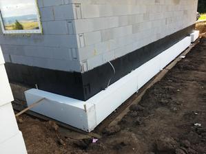 Základy sa zatepľovali podlahovým EPS 150S formátu 2 x 1 m. Žiadný drahý perimeter ani XPS. EPS 150S bude plniť rovnakú funkciu. Hrúbka zateplenia rovnaká ako v prípade fasády, t. j. 25 cm.