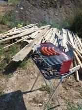 ... a ... takto sa recykluje drevo plné klincov z debnenia :).